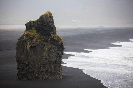 흑인과 백인 Vik, 아이슬란드에서 검은 모래 해변의 스타일 사진