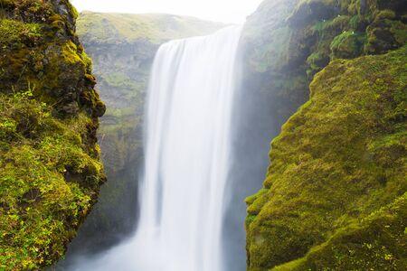 아이슬란드에서 긴 노출 Skogafoss 폭포 스톡 콘텐츠