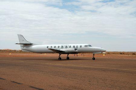 regional: Aeroplano regional que carretea en Coober Pedy, Australia del sur Foto de archivo