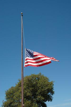 half and half: Bandera americana a la mitad del personal