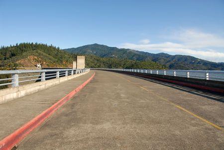 Road across Shasta Dam, Shasta Lake, California Stock fotó
