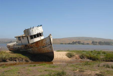 Barco de pesca varado, Inverness, California Foto de archivo - 440811