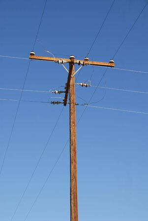 Een oude telefoon stokken tegen een blauwe hemel