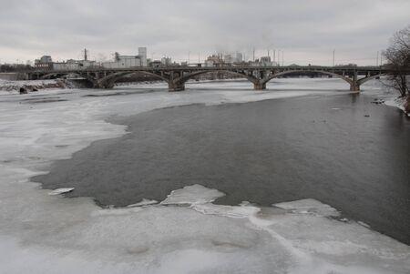 Ice on the Cedar River, downtown Cedar Rapids, Iowa 版權商用圖片