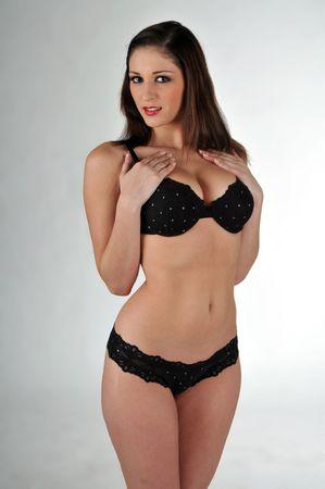 mujer arrodillada: Beautiful Brunette lencer�a en negro
