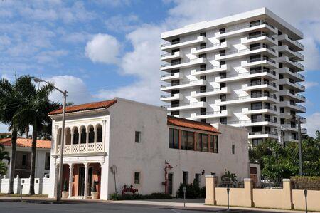 対照研究: コーラルゲーブルズ、フロリダ州で古いものと新しい建物 写真素材