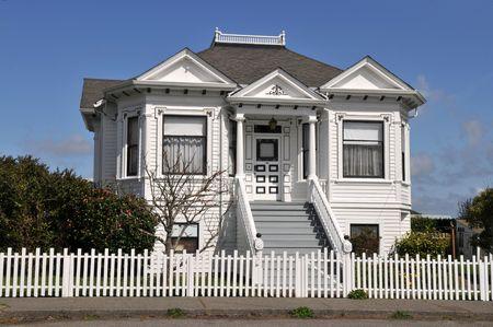 ピケット フェンス、ファーンデール、カリフォルニア州のビクトリア朝の家 写真素材