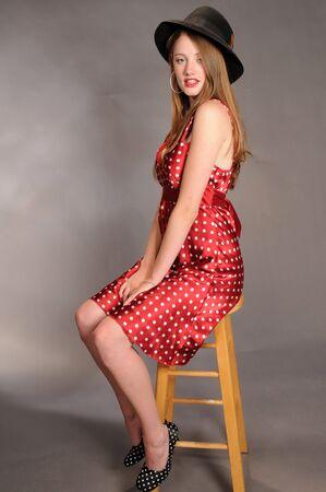 lunares rojos: Auburn belleza en rojo polka dots y una fedora  Foto de archivo