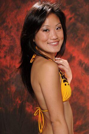 yellow bikini: Abbastanza giovane ragazza vietnamita in un bikini giallo