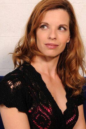 Bella rossa matura in una maglia nera in alto Archivio Fotografico - 3813655