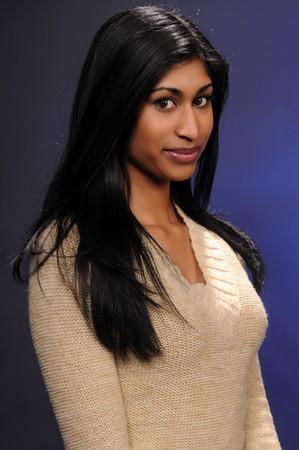 blusa: Joven y bella mujer india en una blusa de color beige de punto