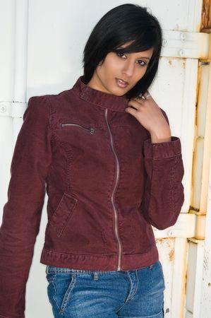 corduroy: Giovane e bella donna in Medio Oriente in una giacca di velluto