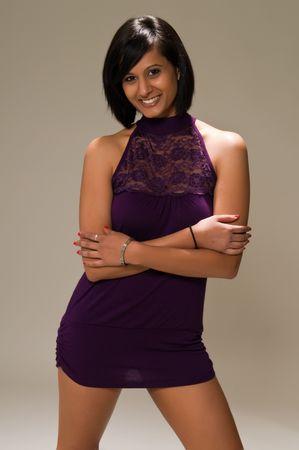 かなり若い中東の女性紫ミニ ドレス