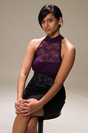 middle eastern clothing: Giovane e bella donna in Medio Oriente in viola e nero
