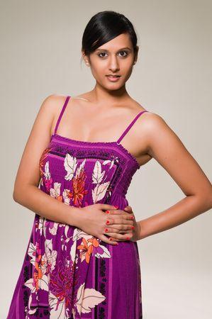 middle eastern clothing: Piuttosto giovane donna mediorientale in un vestito viola  Archivio Fotografico