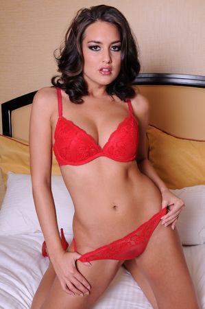 culotte fille: Belle brunette en lingerie rouge  Banque d'images