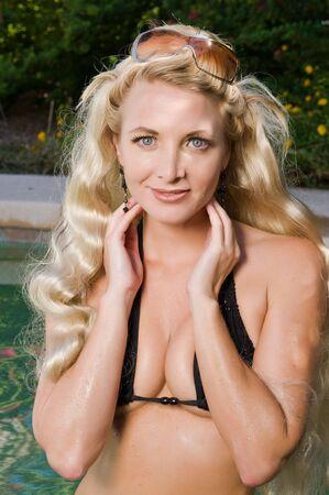 donne mature sexy: Bella bionda matura in un bikini di maglieria