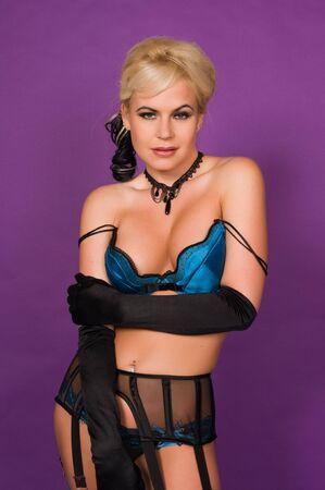 reggicalze: Bella bionda in lingerie blu e nero  Archivio Fotografico