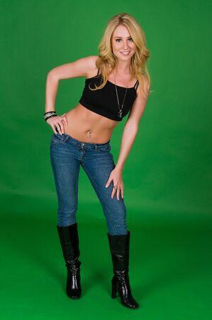 botas: Hermosa rubia joven en un top negro y jeans