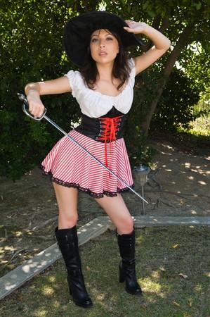 mujer pirata: Bastante joven Latina en un traje de pirata