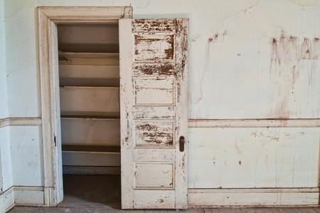 in disrepair: Armadio vuoto in un vecchio edificio abbandonato