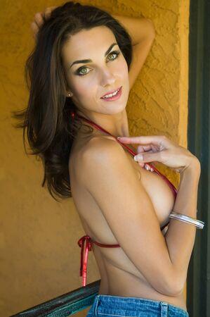 baranda para balcon: Hermosa joven Checa en la cima de una escasa pitanza bikini  Foto de archivo