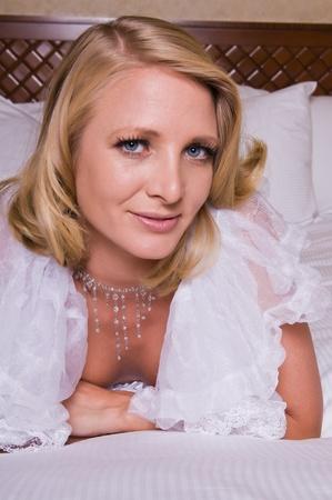 donne mature sexy: Bella bionda matura alto in lingerie bianca Archivio Fotografico