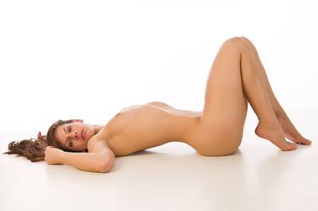 femme se deshabille: Belle brunette nue sur un fond blanc Banque d'images