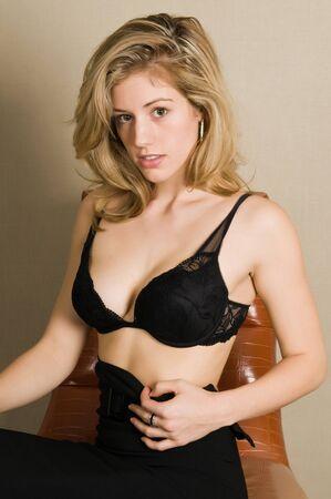 faldas: Hermosa rubia en un sujetador negro y una falda Foto de archivo