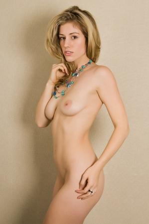 femme se deshabille: Belle jeune femme blonde nue