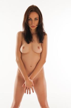 femme se deshabille: Belle danseuse brunette nue sur fond blanc