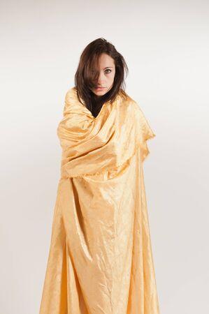 tissu or: Belle jeune brune drap�e de drap d'or