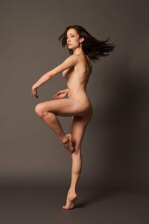 femme se deshabille: Belle danseuse brunette nue tournant en place