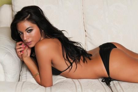 ni�as en bikini: Bastante joven Latina en un bikini negro