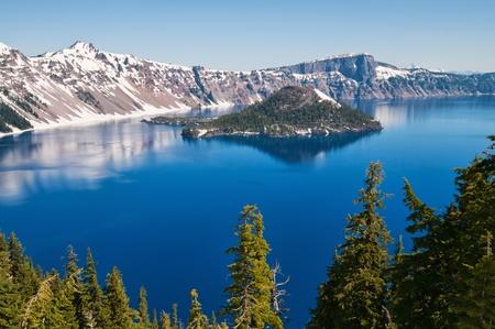Neige en été sur le lac Crater, Oregon Banque d'images
