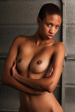femme se deshabille: Mince jeune femme noire posant nue
