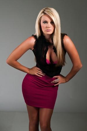 voluptuosa: Rubia con curvas hermosos vestidos de negro y púrpura