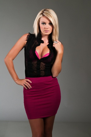 falda corta: Hermosa rubia curvas vestida de negro y p�rpura Foto de archivo