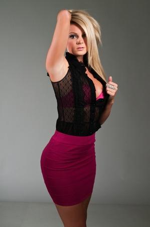 falda corta: Hermosa rubia curvil�nea, vestida de negro y p�rpura