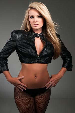 chaqueta de cuero: Hermosa rubia de curvas en una chaqueta de cuero negro Foto de archivo