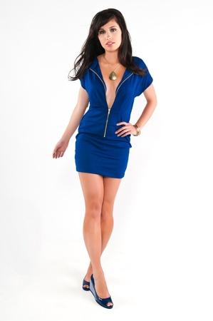 Mooie jonge brunette in een blauwe jurk Stockfoto