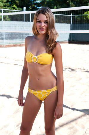 yellow bikini: Pretty brunette giovane in un bikini giallo Archivio Fotografico