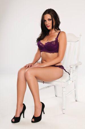 voluptuosa: Bastante joven morena vestida con lencería color púrpura