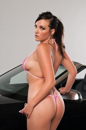 voluptueuse: Jolie jeune femme brune dans un bikini rose