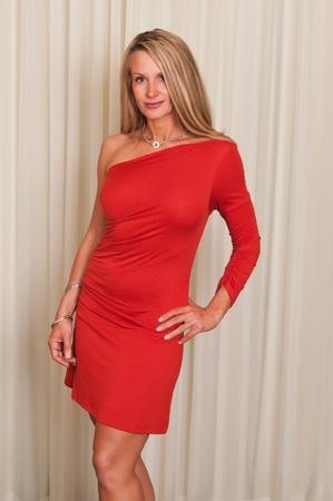 mujeres ancianas: Hermosa rubia madura en un vestido rojo