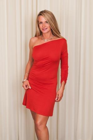 빨간 드레스에 아름 다운 성숙한 금발 스톡 콘텐츠