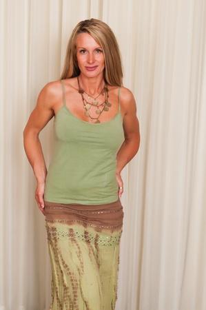 히피 복장에 아름 다운 성숙 금발