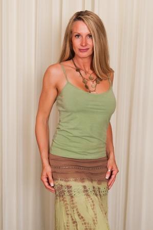 donne mature sexy: Bella bionda matura in abbigliamento hippie