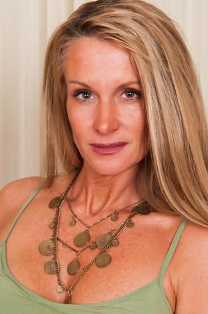 donne mature sexy: Bella bionda matura in una canottiera verde