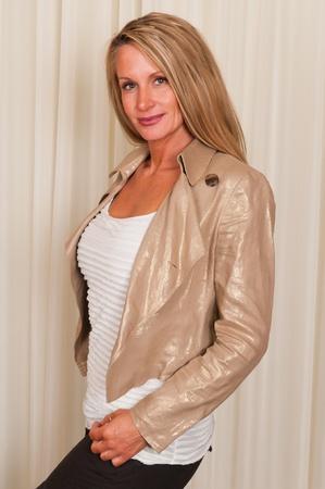 blusa: Hermosa rubia madura en negro, blanco y oro